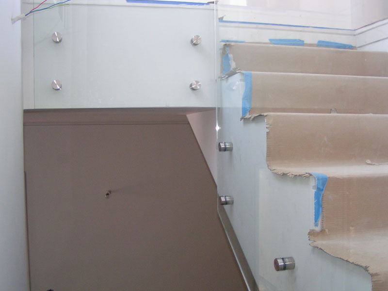 Γυαλιά ασφαλείας σε εσωτερική σκάλα 11