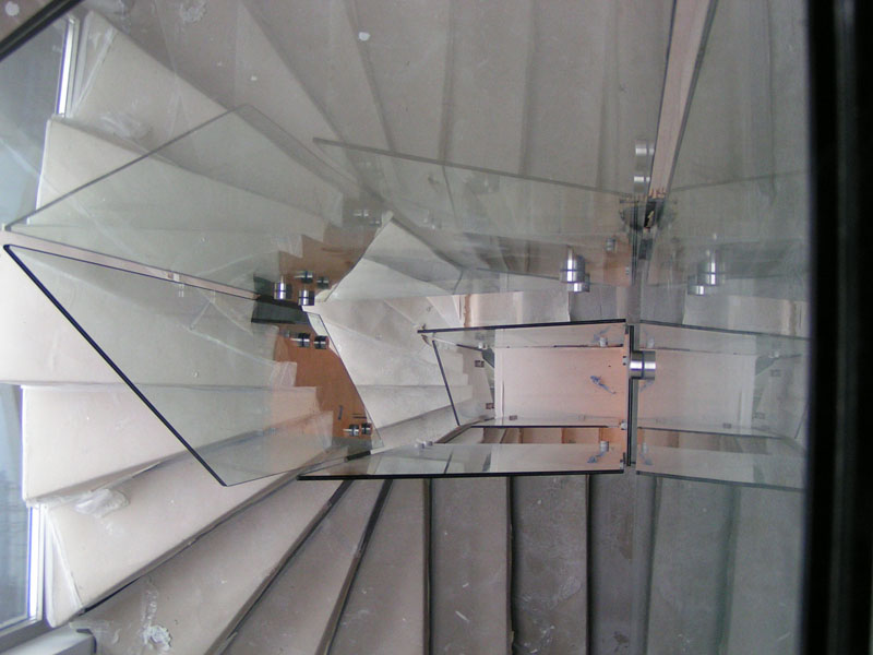Γυαλιά σε σκάλα 12