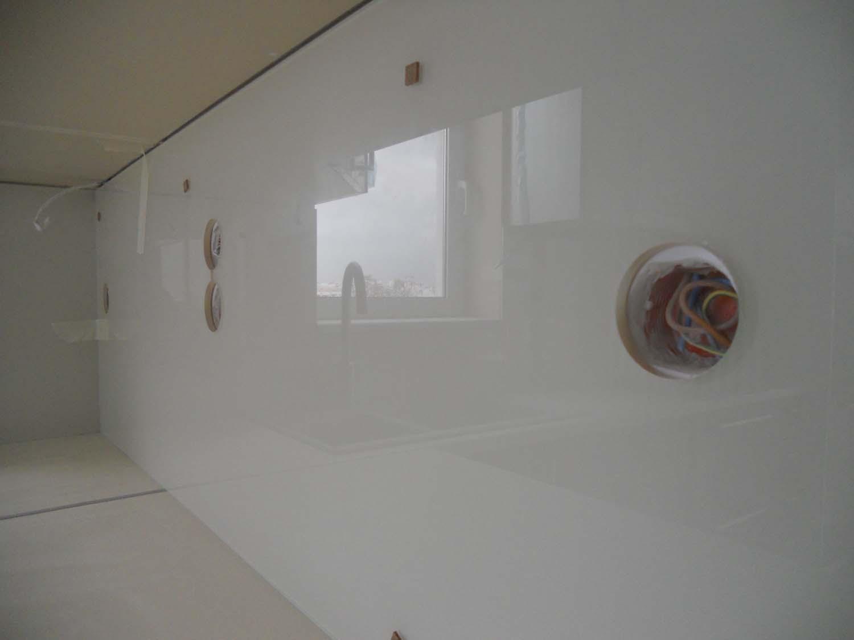 Λευκός υαλοπίνακας σε πλάτη κουζίνας