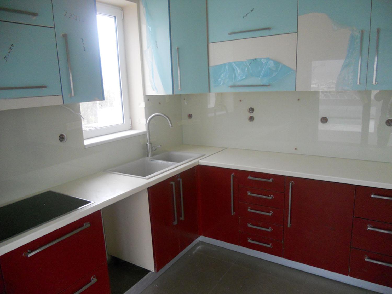 Υαλοπίνακας λευκός σε κουζίνα